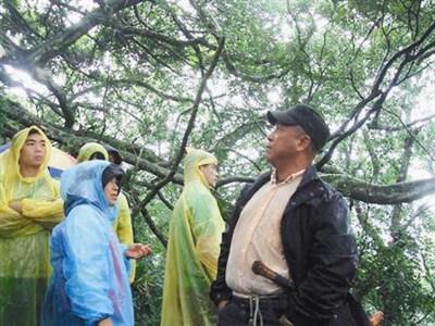 阿力曼(右)敘說布農族人和森林的密切感情。